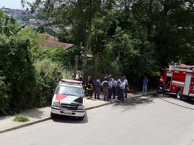Rua foi isolada pelos bombeiros e pela PM, que faz negociação (Foto: Letícia Macedo/G1)