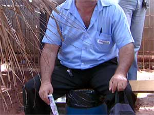 Motorista de ônibus improvisa banco com lixeira em terminal de Campinas (Foto: Reprodução EPTV)