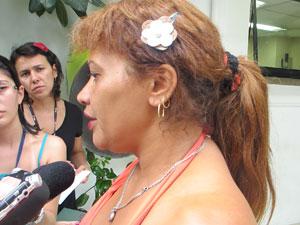 Maria Célia ao deixar delegacia nos Jardins nesta sexta-feira (Foto: Luciana Bonadio/G1)