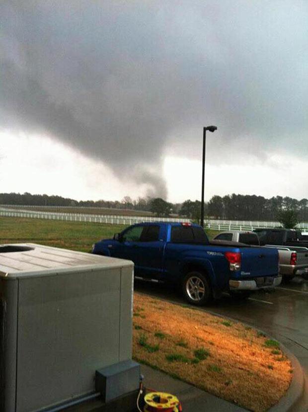 Tornado começa a se formar na região de Athens, no estado americano do Alabama, nesta sexta-feira (2) (Foto: AP)