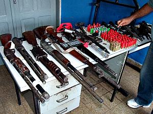 Armas e munição encontrada com suspeitos de assalto a banco no município de Catarina (CE).  (Foto: Jonatas Vieira e Paulo Roberto)