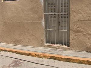 Crime deixou marcas de sangue na calçada e na rua (Foto: Reprodução/TV Asa Branca)