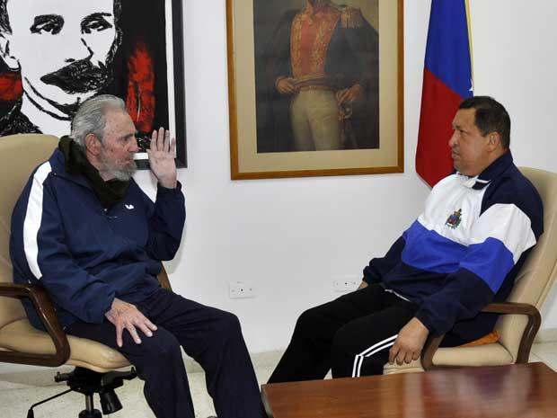 Fidel Castro e Hugo Chávez conversaram por cerca de duas hora em um hospital em Havana. (Foto: Foto Revolucion / Estudios / AP Photo)