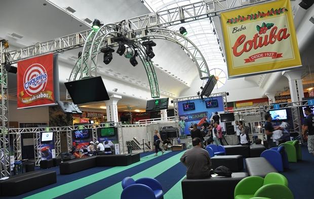 Estrutura tem nove ilhas com dois computadores cada e um palco com mais uma ilha de competição (Foto: Santiago Garcia / TV Tem)