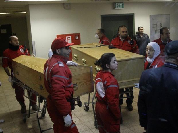 Corpos dos jornalistas são levados até as embaixadas. (Foto: Anwar Amro/ AFP)