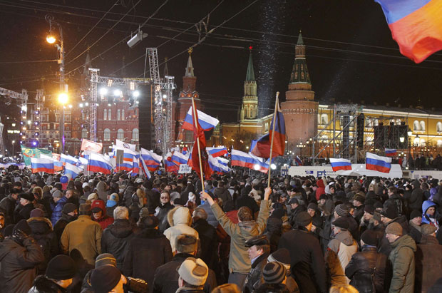 Multidão se reúne no centro de Moscou para manifestar apoio a Vladimir Putin neste domingo (4) (Foto: Denis Sinyakov/Reuters)