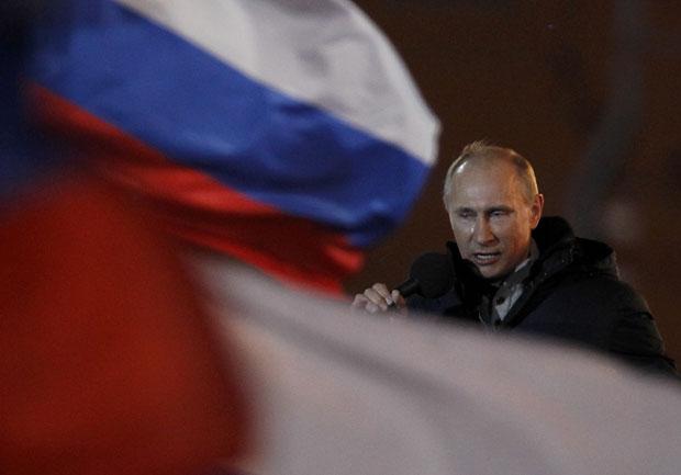 Com lágrimas nos olhos, Vladimir Putin se dirige a multidão de apoiadores em Moscou (Foto: Denis Sinyakov/Reuters)