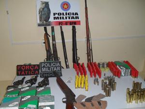 Armas foram apreendidas dentro da casa do comerciante (Foto: Divulgação/Polícia Militar)