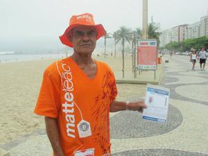 O vendedor número 1do Rio: José de Oliveira Dias, há 35 anos vendendo mate e biscoito nas praias (Foto: Alba Valéria Mendonça/ G1)