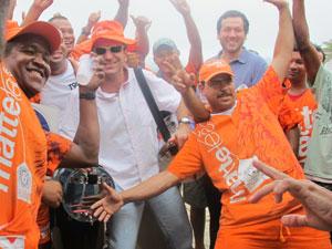 Prefeito Eduardo Paes posa de vendedor de mate junto com ambulantes (Foto: Alba Valéria Mendonça/G1)