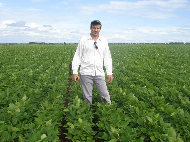 Em Barreiras (BA), o produtor Antonio Grespan produz mais soja que a média nacional através da aplicação de tecnologias como correção do perfil do solo e irrigação. (Foto: Arquivo pessoal)