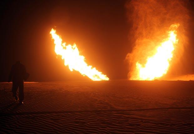 Chamas se erguem de oleoduto que leva gás para Israel e Jordânia nesta segunda-feira (5) na região de Al-Massaeed, próximo à cidade de Al-Arish, no Sinai (Foto: AFP)
