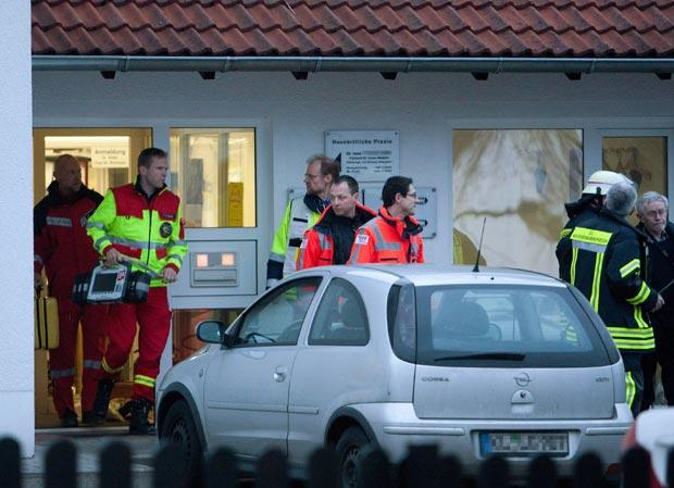 Equipes de emergência em frente à clínica em que ocorreu o tiroteio em Weilerbach nesta segunda-feira (5) (Foto: AFP)