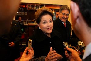 A presidente falou a jornalistas em Hannover, no lobby do hotel Luisenhof (Foto: Roberto Stuckert Filho / Presidência)