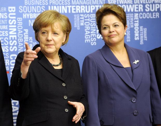 A presidente Dilma Rousseff ao lado da chanceler alemã Angela Merkel na abertura da Feira Internacional das Tecnologias da Informação e das Comunicações (Cebit), em Hannover (Foto: Fabian Bimmer / Reuters)