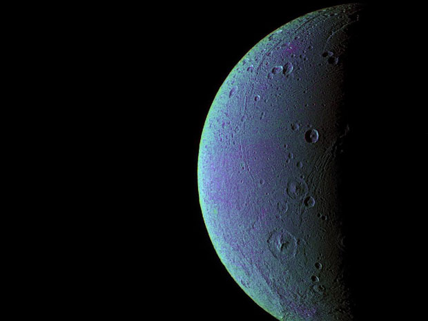 Imagem de 2005 combina fotos em ultravioleta e infravermelho para destacar as crateras de Dione (Foto: Nasa/JPL/Space Science Institute)