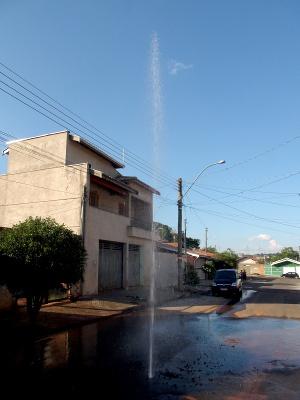 Chafariz formado por vazamento de encanamento em rua de Piracicaba (Foto: Nikolas Capp/ G1)