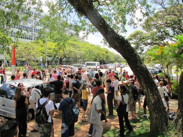 Estudantes fizeram protesto contra expulsão de colegas, em dezembro de 2011 (Foto: Renato Jakitas/G1)