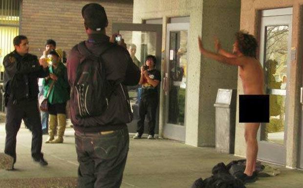 Estudante foi preso após tirar a roupa e ficar nu. (Foto: Reprodução)