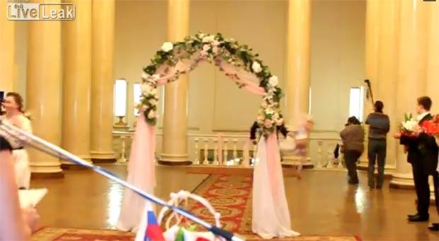 Constrangida com o episódio, a noiva saiu com pressa para se arrumar novamente. (Foto: Reprodução)