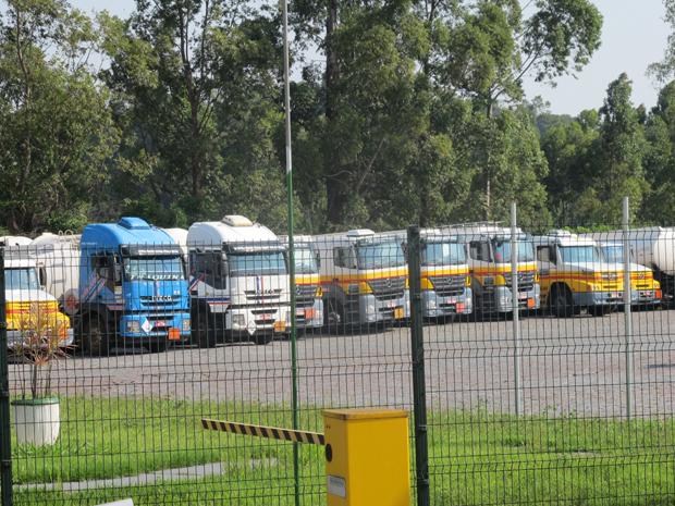 Caminhões da Shell estavam parados na tarde desta segunda-feira (5) (Foto: Márcio Pinho/ G1)