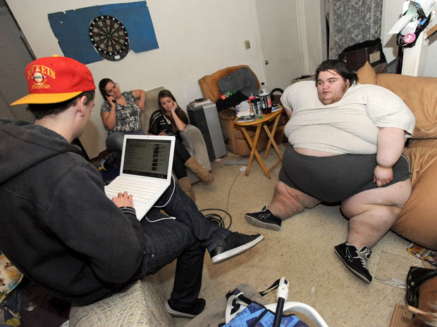 O jovem Robert Gibbs, que pesa cerca de 270 kg, pediu ajuda na internet para enfrentar sua obesidade.O apelo foi publicado no YouTube em 2 de março, dia de seu aniversário de 23 anos. No primeiro dia, mais de 200 mil vezes assistiram ao vídeo, gravado na Califórnia, Estados Unidos.  (Foto: AP Photo/Bay Area News Group, Doug Duran)
