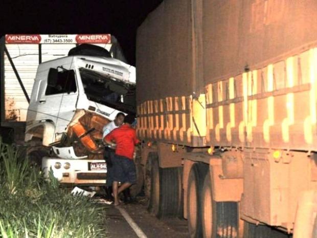 Condutor fica gravemente ferido após acidente entre carretas em MS, dizem bombeiros (Foto: Almir Portela/Nova News)