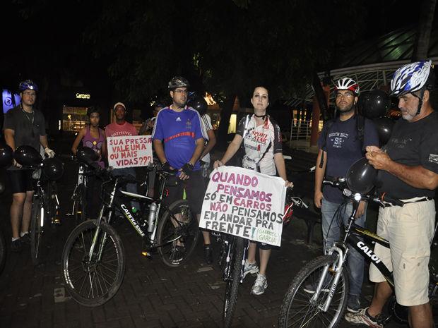 Ciclistas realizam protesto em praça de Cuiabá (Foto: Kelly Martins/G1)
