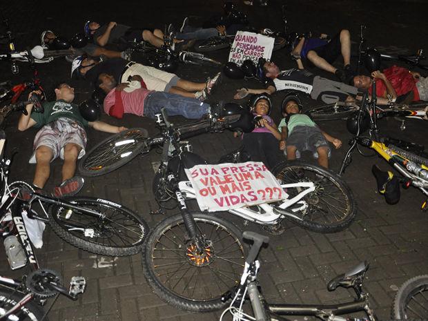 Ciclistas deitam no chão para protestar contra mortes no trânsito em Cuiabá (Foto: Kelly Martins/G1)