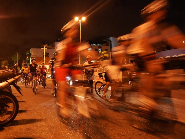 Ciclistas pedalaram pela orla em direção à Avenida Ruy Carneiro para seguirem até a Lagoa, no Centro da cidade (Foto: Maurício Melo/G1)