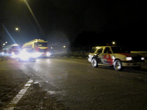 Caminhão é escoltado por PMs na noite desta terça (Foto: Paulo Toledo Piza/G1)