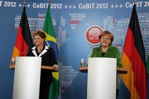 Dilma Rousseff e Angela Merkel durante declaração à imprensa nesta terça em Hannover, na Alemanha (Foto: Roberto Stuckert Filho / Presidência)