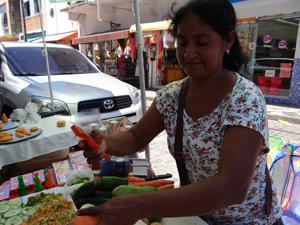 Deusa trabalha como autônoma para complementar renda. (Foto: Katherine Coutinho / G1)
