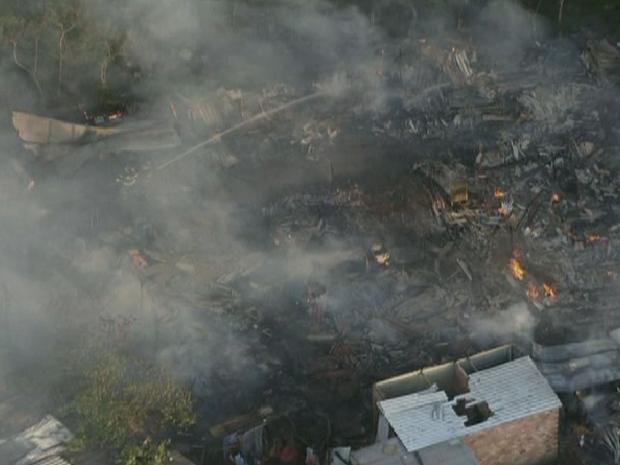 Incêndio atingiu favela de Carapicuíba na tarde desta terça-feira (Foto: Reprodução/ TV Globo)