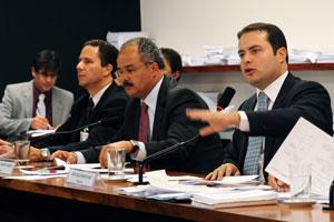 Deputados na sessão da comissão especial que concluiu a votação do projeto da Lei Geral da Copa (Foto: Diogo  Xavier / Agência Câmara)
