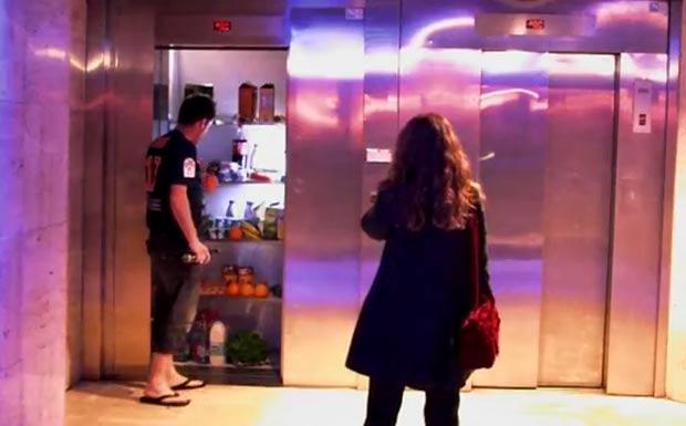 Trama se desenrola enquanto mulher espera o elevador e se surpreende com o que há dentro dele. (Foto: Reprodução)