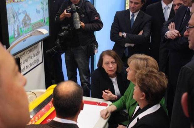Dilma e Merkel participam de atividade educacional com mesa high-tech da empresa brasileira Positivo na CeBIT (Foto: Divulgação)