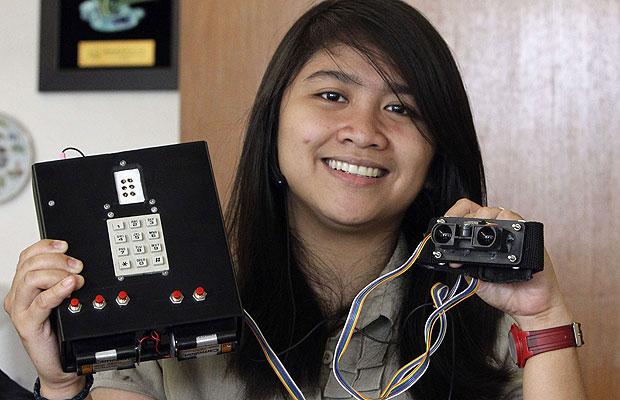 ~A equipe das engenheiras de computação Girly Perando e Janiena Roxanne Dirain apresentou um protótipo de aparelho para cegos que detecta obstáculos em até 5 metros de distância. Para construir a invenção, os jovens de Manila gastaram US$ 142. (Foto: Romeo Ranoco/Reuters)