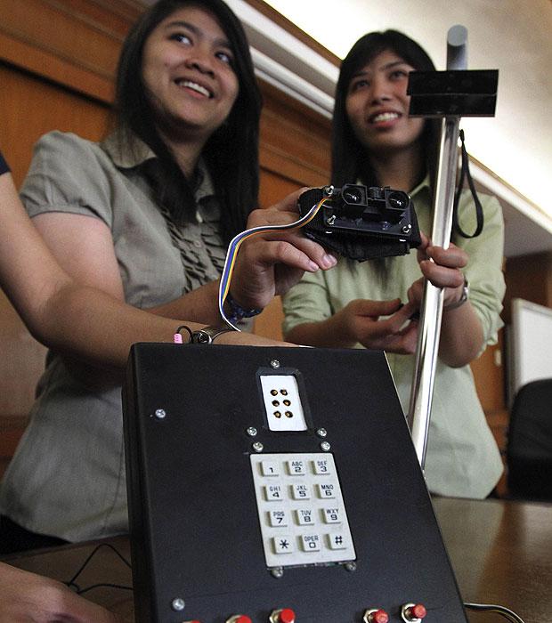O dispositivo apresentado pelas engenheiras na Universidade Mapua, em Manila, também funciona como celular com teclado em código braile para que os deficientes visuais possam receber e responder mensagens de texto e ligações. (Foto: Romeo Ranoco/Reuters)