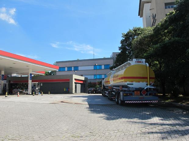Caminhão chegou a posto na Marginal Tietê por volta das 9h40 desta quarta (Foto: Juliana Cardilli/G1)