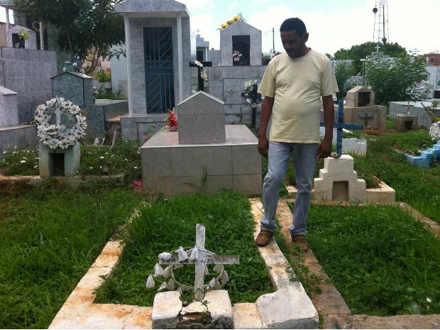 Antônio Rodrigues olha para a cova onde, oficialmente, está enterrado. (Foto: Thiago Meireles/TV Verdes Mares)