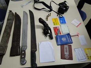 Armas e documentos estavam com os suspeitos. (Foto: Polícia Civil)