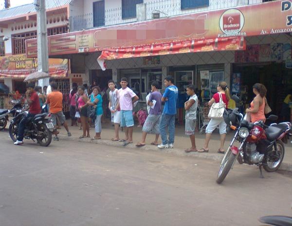Atendimento em estabelecimentos que realizam serviços bancários também forma filas. (Foto: Arquivo Pessoal/Leonardo Hickmann)