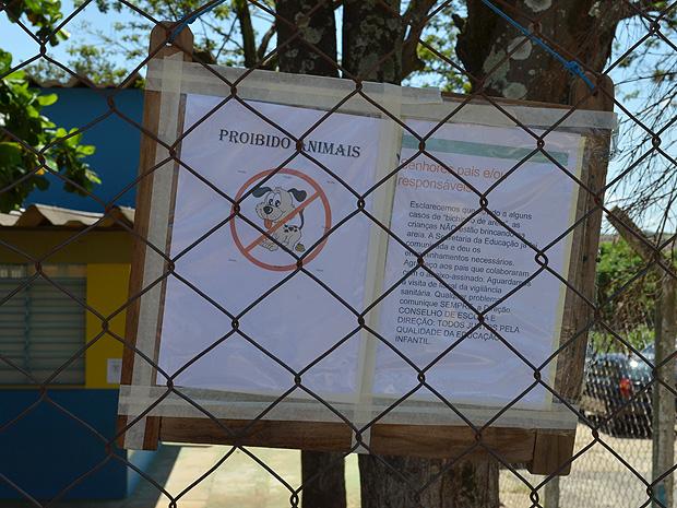 Placa alerta para bicho geográfico em parque de creche em Araraquara (Foto: Felipe Turioni/G1)