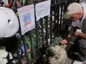 """Ativista acende vela em local onde está a """"Ghost Bike"""" de Juliana Dias (Foto: Rafael Sampaio/G1)"""