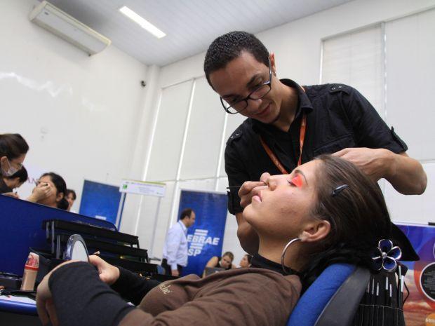 Entre as atividades estão atendimentos estéticos, como dicas de maquiagem.  (Foto: Arquivo/Jornal Bom Dia )