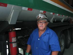 Caminhoneiro disse que não conseguiria trabalhar sem escolta (Foto: Rafael Sampaio/G1)