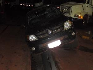 Caminhonete com 1.392 kg de maconha caiu em vala de posto de combustível em MS (Foto: Divulgação/PRF)