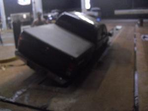 Suspeito de tráfico abandonou o veículo após a queda na vala em Rio Brilhante, MS (Foto: Divulgação/PRF)