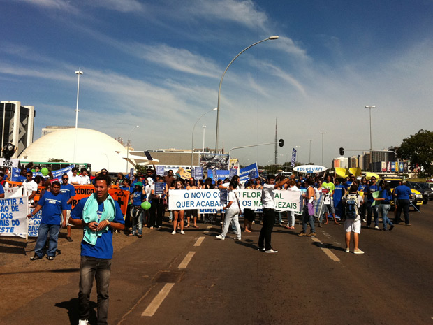 Protesto interditou três faixas na Esplanada e prejudicou trânsito (Foto: Natalia Godoy / G1)